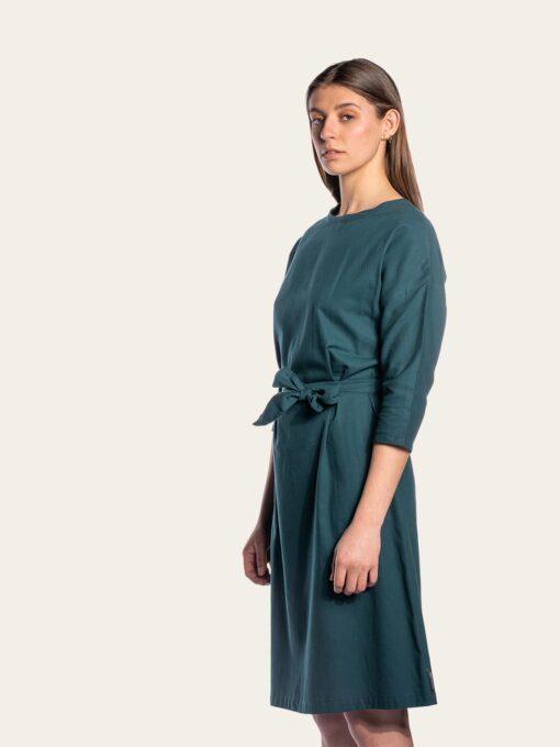 Elegantti mekko väljillä hihoilla ja vyöllä