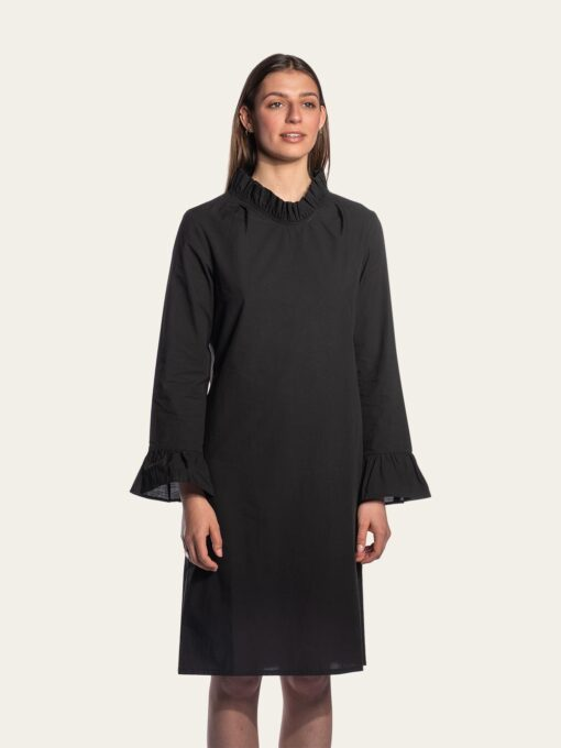 Long-sleeved dress with a pleated collar and cuffs